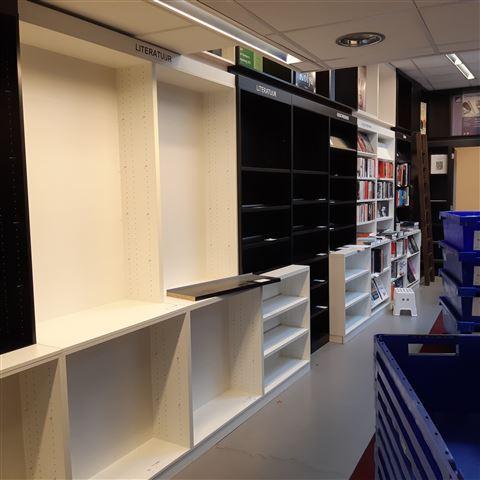 Het compleet verhuizen van een boeken winkel  inclusief het complete interieur
